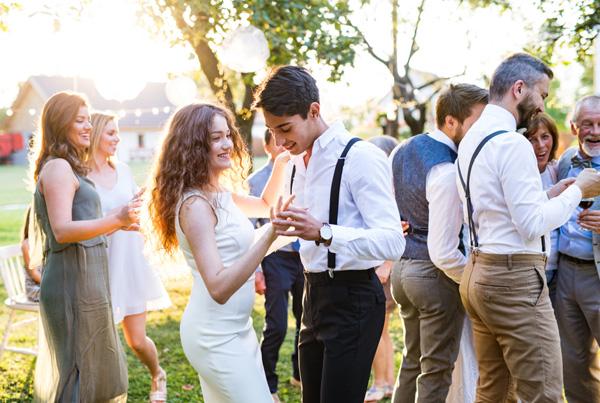 Düğünlerde sadece anneler değil, bekarlar da kendilerine uygun aday arıyor